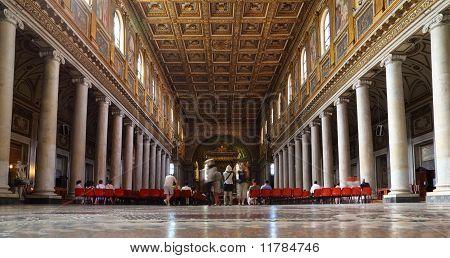 Turistas en la Basílica Papal de Santa María la mayor. Caras son indistinguibles