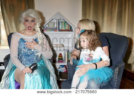 LOS ANGELES - NOV 26:  Elsa Impersonator, Amelie Bailey, Adrienne Frantz at the Amelie Bailey 2nd Birthday Party at Private Residence on November 26, 2017 in Studio City, CA