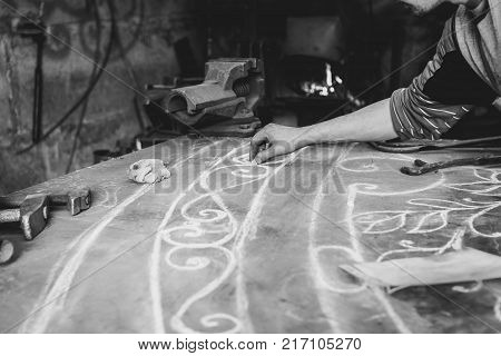 The master does the drawing project on the table