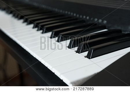 Keyboard synthesizer or electronic piano with black and white keys