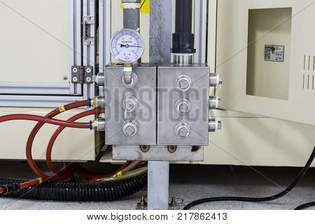 The pressure gauge and pressure joint in pneumatic system