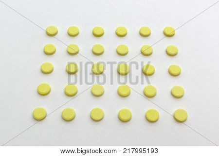 tablets yellow color with no stripes for division arranged in slender lines