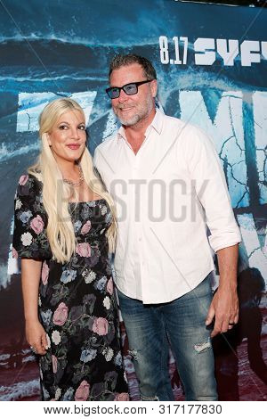 LOS ANGELES - AUG 12: Tori Spelling, Dean McDermott at the Premiere Of SyFy's