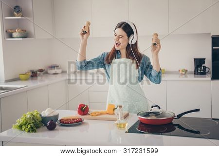 Photo Of Wife Prepare Family Dinner Overjoyed Earflaps Playlist Hold Hands Spices Containers Playing