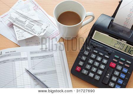 Foto de escrituração still life de um livro de vendas com uma pilha de recibos, facturas e uma impressão c