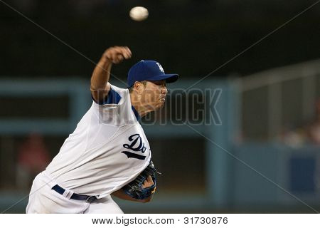 LOS ANGELES - 8 de agosto: Los Angeles Dodgers P Hiroki Kuroda #18 arremessos durante o jogo da MLB em Aug 8 20