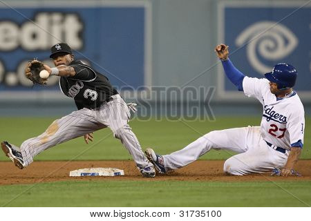 LOS ANGELES - 17 de setembro: Montanhas rochosas 2B Eric Young #3 & Dodgers CF Matt Kemp #27 durante o vs Rockies MLB.