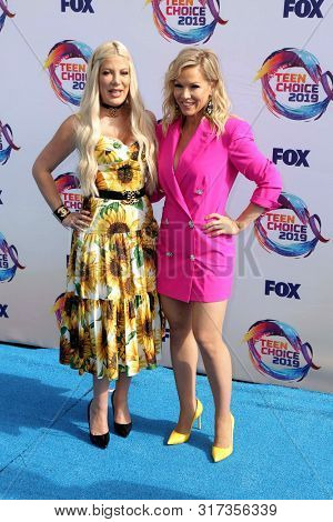 LOS ANGELES - AUG 11:  Tori Spelling, Jennie Garth at the Teen Choice Awards 2019 at Hermosa Beach on August 11, 2019 in Hermosa Beach, CA