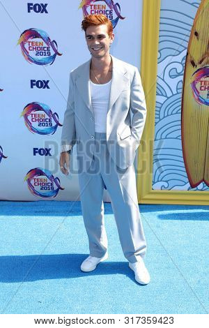 LOS ANGELES - AUG 11:  KJ Apa, Keneti Fitzgerald at the Teen Choice Awards 2019 at Hermosa Beach on August 11, 2019 in Hermosa Beach, CA