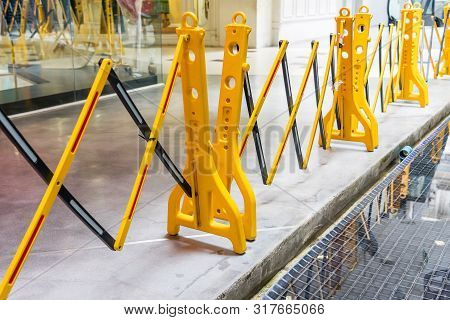Yellow Portable Plastic Folding Safety Barrier, Traffic Fence, Yellow Fence, Suitable To Restrict Ac