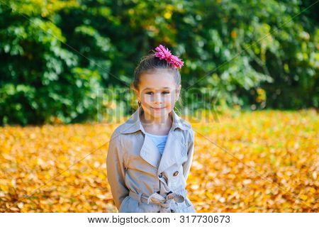 Stylish Beautiful Girl Having Fun In The Park On Autumn Day. Girl Is Posing Near Tree In Autumn Park
