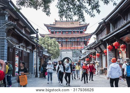 Dali, China -  April 15, 2019: Crowd Of Tourist Walking At Old Town Of Dali A Famous Landmark In Yun