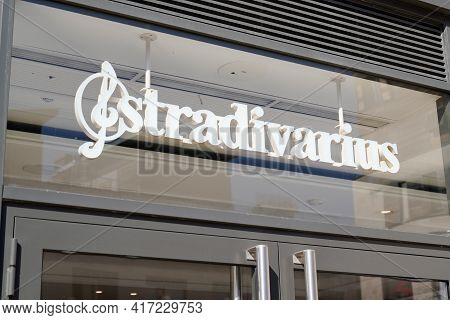 Bordeaux , Aquitaine France - 04 12 2021 : Stradivarius Logo Shop Brand And Text Sign Front Of Facad