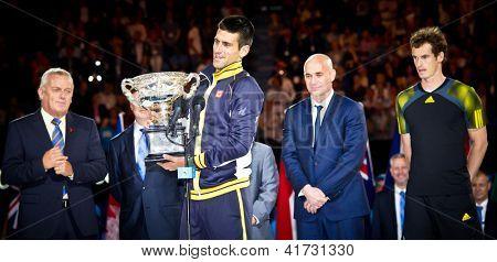 MELBOURNE - janvier 27:Novak Djolovic avec le trophée pour avoir remporté l'Open d'Australie 2013 est watche