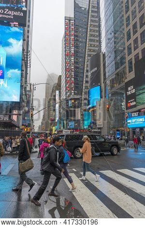 New York City, Ny - April 26,2018 : Crowded Of Tourist Walking In Times Square With Led Signs On Bui