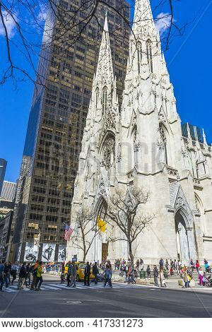New York, Usa - April 26,2018 : Crowded Of Tourist In Front Of St. Patrick's Cathedral On 5th Avenue