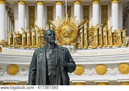 Moscow, Russia - April 14, 2021: Sculpture Of V.i. Lenin (ulyanov) Against The Background Of The Coa