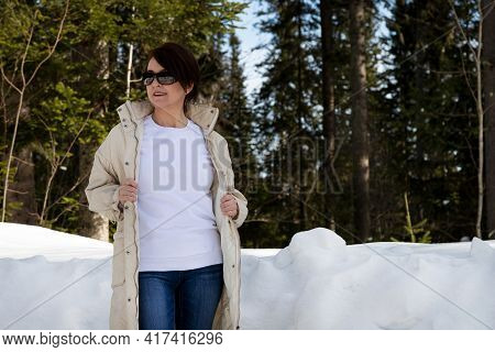 White Fleece Crewneck Sweatshirt Mockup Featuring A Woman With Asymmetrical Hairstyle In The Winter