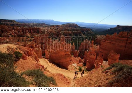 Utah / Usa - August 22, 2015: Tourists Look Hoodoo Landscape And Rock Formation From A Pathway In Br