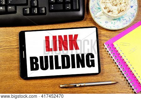 Link Building. Text Message On The Smartphone Screen. To Achieve The Result, A Meeting Of Specialist
