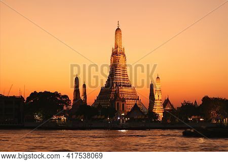 Amazing Evening View Of Wat Arun Or The Temple Of Dawn, Located On The West Bank Of Chao Phraya Rive