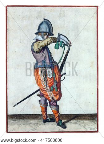 A soldier, full-length, to the right, holding a rudder  with his left hand by his left thigh. With his right hand he pours powder from a powder horn into the barrel, which points diagonally upwards.