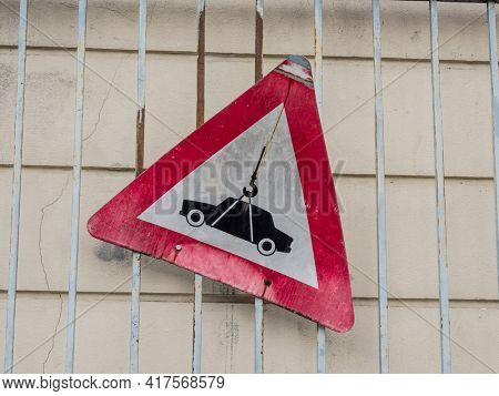road sign for towing zone