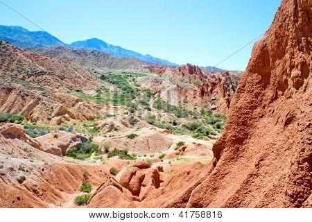 landschaftlich roten Felsen in den Bergen von Kirgisistan