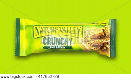 Swindon, Uk - April 20, 2021: Nature Valley Crunchy Oats And Honey Bar On A Green Background.