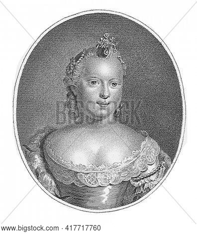 Portrait of Carolina in an oval. In the bottom margin her name and title.