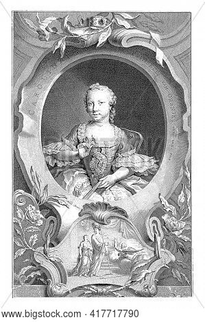 Portrait of Carolina in an oval with edge lettering. A number of allegorical objects surround it. The relief shows an allegorical representation in which Minerva points the young Carolina.