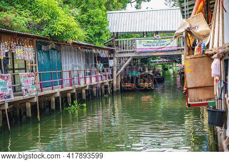 Bangkok/thailand-12/07/2020-unacquainted People On The Boat At Ladmayom Floating Market.khlong Lat M