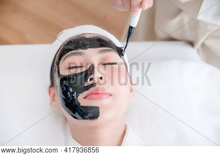 Professional Masseuses In Spa Salons Use Spa Mud Brushes To Give Asian Beauties Facial Treatments