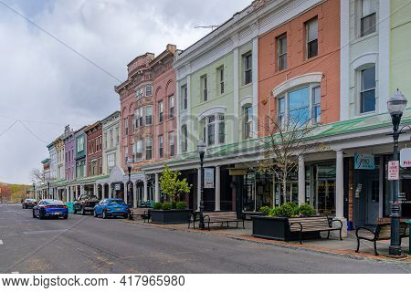 Kingston, Ny - Usa - April 22, 2021: A View Of The Shops And Businesses On Wall Street In The Histor