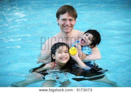 Padre e hijos en la piscina