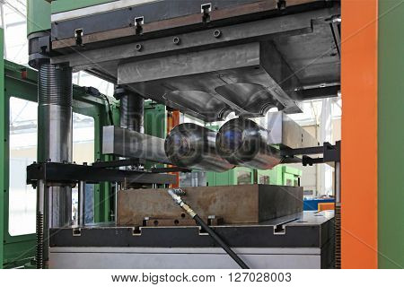 A Powerful vertical Press for the Creation of Rubber Products from Rubber. The matrix of the press is open