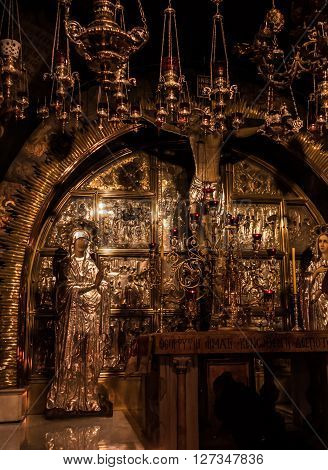 JERUSALEM - Juli 15: Stone of the Anointing of Jesus in the Holy Sepulchre the holiest place of Christians Juli 15 2015. Jerusalem Israel