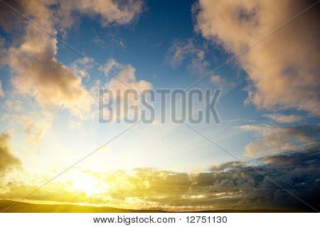 Закат и облачное небо