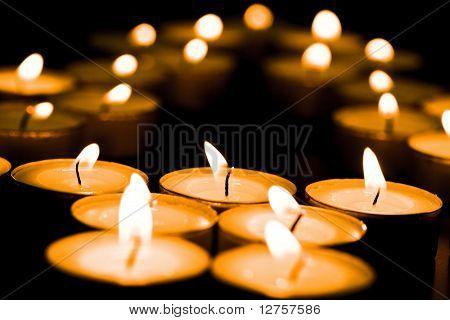 Close up View of die Kerzen, Schneiden durch die Dunkelheit.