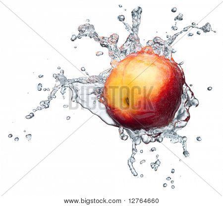Melocotón en spray de agua. Melocotón jugoso con salpicaduras sobre fondo blanco