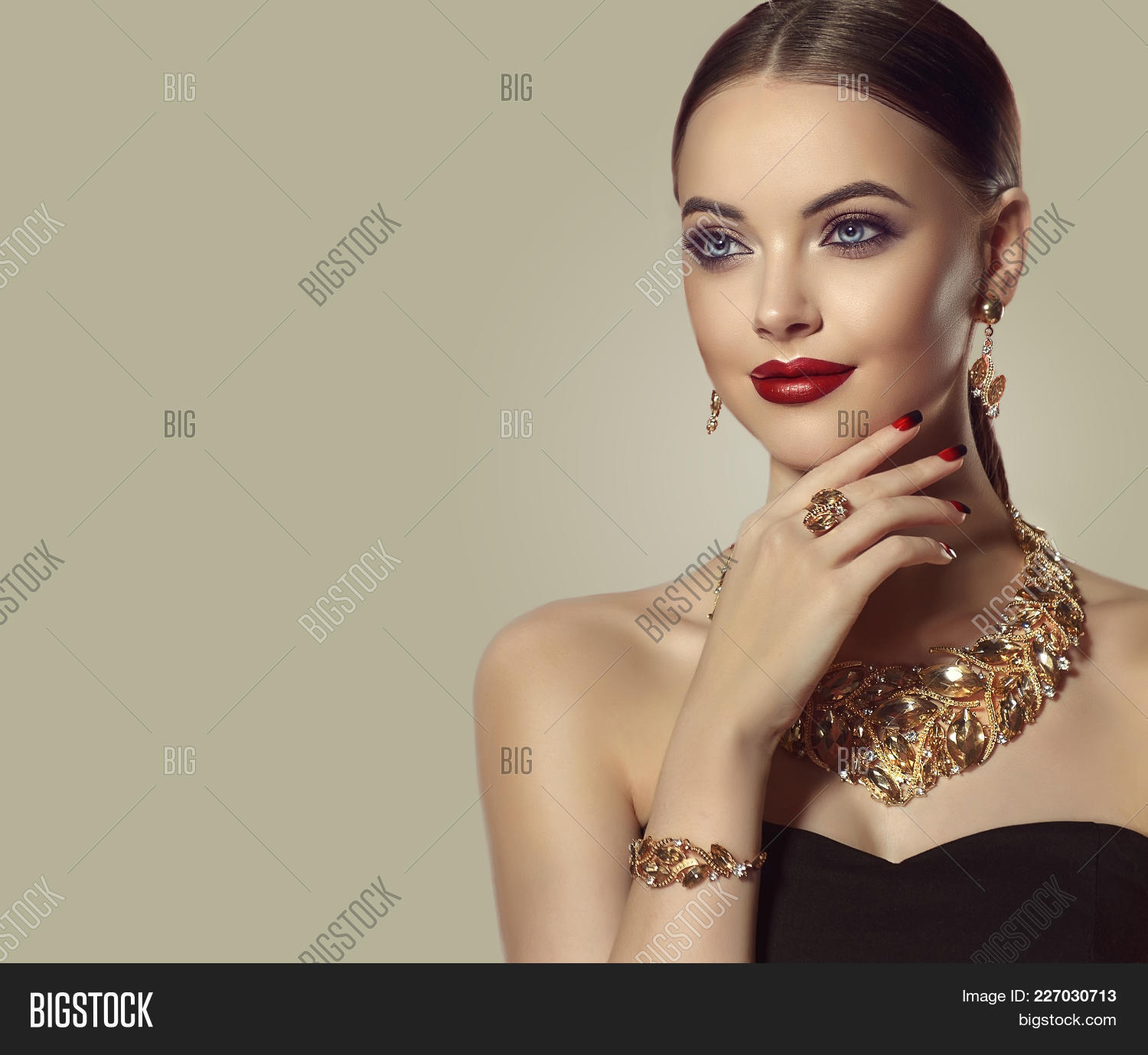 e99f2d82419 Beautiful Girl With Set Jewelry . Woman In A Necklace With A Ring, Earrings  And