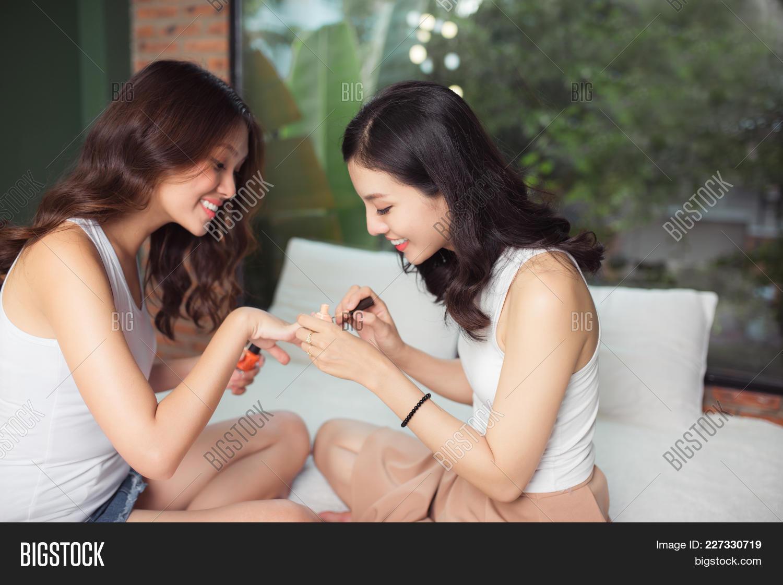 2 girls asian