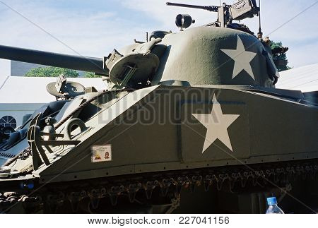 M4a3 Sherman Tank On Display At The World War Two Memorial Dedication Ceremony, Washington, D.c. May