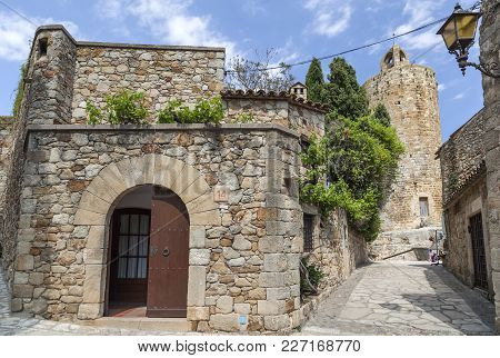 Pals,spain-may 23,2012: Street View In The Medieval And Ancient Village Of Pals, Touristic And Resid
