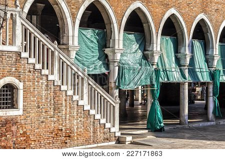 Venice,italy-july 17,2012: Arches And Stairway In Rialto Market, Venice, Veneto, Italy.