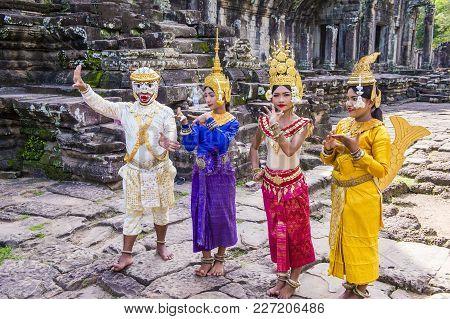Siem Reap , Cambodia - Oct 15 : Cambodians Apsara Dancers In Angkor Wat , Siem Reap Cambodia On Octo