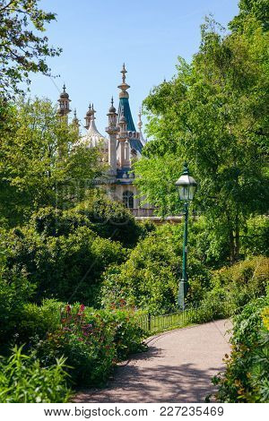 Garden at the Royal Pavilion (Brighton Pavilion), former royal residence built in the Indo-Saracenic style in Brighton, East Sussex, Southern England, UK