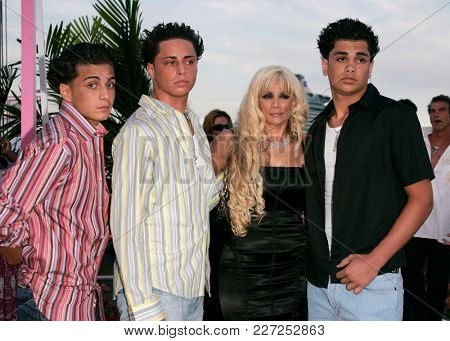 LOS ANGELES - AUG 29:   Carmine Agnello Jr., Frank Agnello, John Agnello and Victoria Gotti arrives to the Mtv Video Music Awards  on August 29, 2004 in Miami, FL.