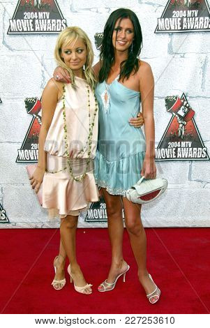LOS ANGELES - JUN 05:  Nicole Richie and Nicky Hilton arrives to the Mtv Movie Awards  on June 5, 2004 in Culver City, CA.
