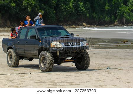 Kudat,sabah-feb 3,2018:happy Kids On The 4wd Nissan Frontier 2004 Model Types Crew Cab In The Tropic